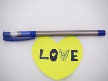 Pluma de la tinta azul y nota del amor Fotos de archivo libres de regalías