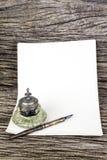 Pluma de la tinta e inkwell antiguo y papel viejo Fotos de archivo libres de regalías