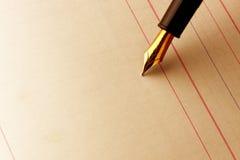 Pluma de la tinta en el papel alineado Foto de archivo libre de regalías