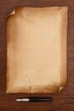 Pluma de la tinta y pergamino de papel envejecido Imagenes de archivo