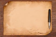 Pluma de la tinta y pergamino de papel envejecido Fotografía de archivo libre de regalías