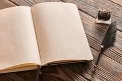 Pluma de la pluma y página en blanco del cuaderno Imagen de archivo