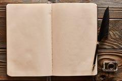 Pluma de la pluma y página en blanco del cuaderno Fotos de archivo libres de regalías