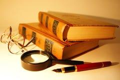 Pluma de los libros, de los vidrios, de la lupa y de la pluma Imagen de archivo libre de regalías