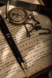 Pluma de Montblanc y un reloj Imágenes de archivo libres de regalías