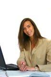 Pluma de ofrecimiento atractiva de la mujer de negocios Fotos de archivo