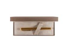 Pluma de oro en la opinión superior de la caja Imagenes de archivo