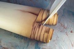 Pluma de papel vieja de la voluta y de canilla fotos de archivo