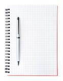 Pluma de plata en la paginación en blanco del cuaderno, vertical Imagen de archivo