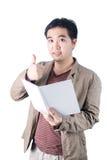 Pluma de tenencia asiática del hombre de negocios y cuaderno de la escritura, aislado encendido Foto de archivo