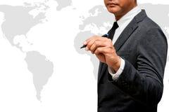 Pluma de tenencia del hombre de negocios con el mapa del mundo Fotografía de archivo