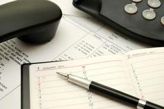 Pluma del asunto en el diario o el planificador personal Foto de archivo