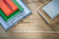 Pluma del biro de las libretas del tablero del vintage en el tablero de madera fotos de archivo