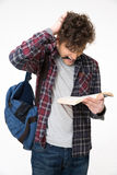 Pluma del estudiante masculino y libro de lectura penetrantes Fotos de archivo libres de regalías