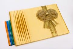 Pluma del libro de visitas y del color en el fondo blanco en ceremonia de boda Imagen de archivo libre de regalías