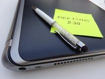Pluma del ordenador portátil y de la aguja con la nota de post-it Fotos de archivo