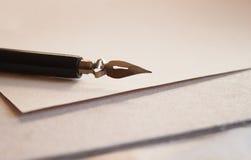 Pluma del papel y de la tinta fotografía de archivo libre de regalías