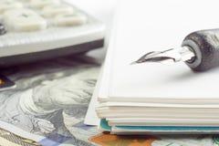 Pluma del primer del análisis del mercado de acción de la contabilidad financiera, dinero de la tarjeta de crédito Imagen de archivo libre de regalías