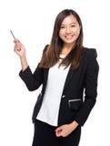 Pluma del uso de la mujer de negocios a señalar Fotos de archivo