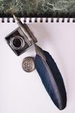 pluma del vintage y tinta azul en el papel Fotografía de archivo