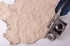 pluma del vintage y tinta azul en el papel Imagen de archivo libre de regalías