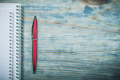 Pluma en blanco del biro de los cuadernos en la oficina del espacio de la copia del tablero de madera concentrada imágenes de archivo libres de regalías