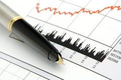 Pluma en carta del precio de las acciones Fotografía de archivo