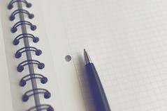 Pluma en el cuaderno Fotos de archivo libres de regalías