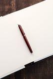 Pluma en el cuaderno abierto imagen de archivo