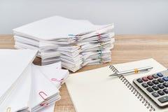 Pluma en el cuaderno con el fondo de la calculadora y el espacio blancos de la copia Imágenes de archivo libres de regalías