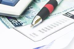 Pluma en el extracto y billetes de banco de cuenta Fotos de archivo