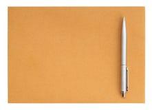 Pluma en el sobre en el fondo blanco Foto de archivo libre de regalías