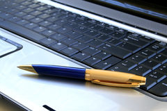 Pluma en el teclado Fotografía de archivo