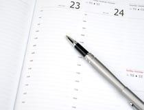 Pluma en la página del calendario Fotos de archivo libres de regalías