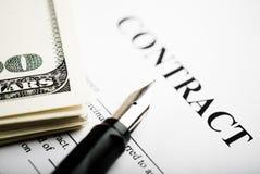 Pluma en los papeles y dólar del contrato Imagenes de archivo