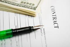 Pluma en los papeles y dólar del contrato Imagen de archivo libre de regalías