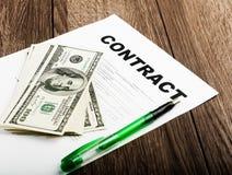 Pluma en los papeles y dólar del contrato Fotografía de archivo libre de regalías