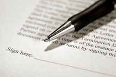 Pluma en un contrato listo para ser firmado Fotos de archivo