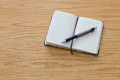 Pluma encima del cuaderno Imagenes de archivo