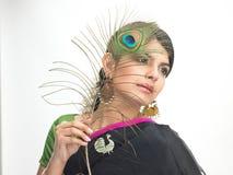 Pluma india del pavo real de la explotación agrícola del adolescente Fotografía de archivo libre de regalías