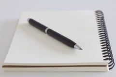 Pluma negra en el libro imágenes de archivo libres de regalías