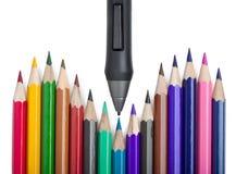 Pluma para la tableta gráfica contra los lápices coloreados Fotos de archivo