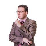 Pluma pensativa del wlth del hombre de negocios en el fondo blanco Foto de archivo