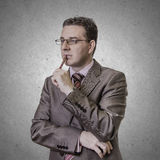 Pluma pensativa del wlth del hombre de negocios en el fondo blanco Fotos de archivo