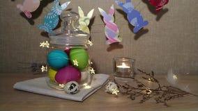 Pluma que cae de las velas ardientes de la decoración de Pascua