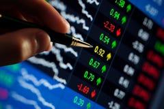 Pluma que señala en los precios de las acciones Imágenes de archivo libres de regalías