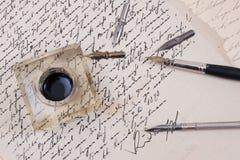 Pluma retra de la tinta en el papel envejecido viejo Imagenes de archivo