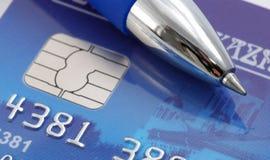 Pluma sobre de la tarjeta de crédito Fotos de archivo libres de regalías