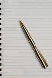 Pluma sobre el papel Foto de archivo