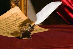 Pluma, tinta y una hoja de música. Fotografía de archivo